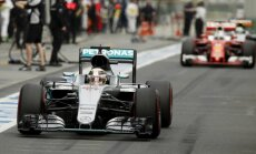Hamiltons pārliecinoši uzvar F-1 sezonas pirmajā kvalifikācijā
