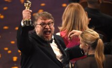 'Oskaru' kā labākā filma saņem Giljermo del Toro 'Ūdens forma'