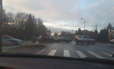 Divu auto sadursme Dārzciema un Sesku ielas krustojumā rada sastrēgumu