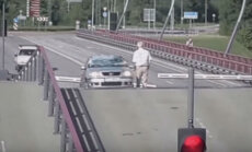 ВИДЕО. Эх, проскочу: разводной мост в Вентспилсе как ловушка для водителей