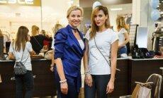 Foto: Zeltiņa un Brante rosās labdarības tirdziņā