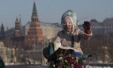 Foto: Simtiem krievu Maskavas spelgonī dodas veloparādē