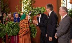 Foto: Saeimas deputāti ar dziesmām un vainagiem ielīgo Jāņus