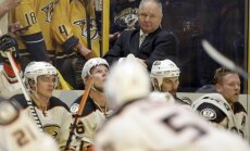 Anaheimas 'Ducks' pagarina līgumu ar galveno treneri Kārlailu
