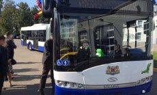 Jaunietim sabiedriskajā autobusā paliek slikti; vadītāja nereaģē