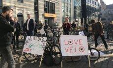 Video: Veloaktīvisti piketā pie Rīgas domes pieprasa uzlabot infrastruktūru