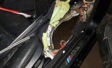 Foto: Autovadītājs Rīgā iebrauc kanalizācijas akā; spēkratam ielauzta grīda