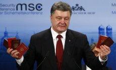 Video: Porošenko demonstrē Ukrainā 'apmaldījušos' Krievijas karavīru pases