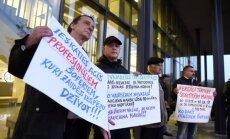 ФОТО: Таксисты устроили акцию протеста возле здания Службы госдоходов в Риге