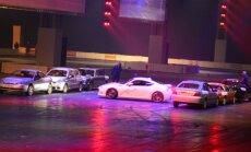 Video: Jauns Ginesa rekords 'saulītes uzgriešana' starp malās novietotiem auto