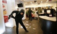 Foto: Kijevā galēji labējie spēki demolē Krievijas bankas