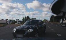 Video: Dāma pie BMW stūres pārkāpj noteikumus un rāda rupju žestu