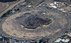 Foto: Dievlūdzēju miljoni kāpj Arafata kalnā