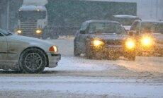 Iestigušas automašīnas un applūdis ceļš – Latgalē uz diviem autoceļiem bloķēta satiksme