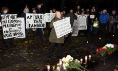 'Meliem īsas sliedes' – ap 100 cilvēku protestē pret 'Kapu tramvaja' projektu