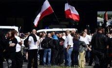 Foto: Berlīnes ielās izgājuši neonacisti un viņu pretinieki