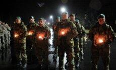 Foto: Lāčplēša dienas ieskaņās karavīri Ādažos piemin kritušos biedrus