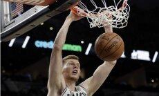 Bertāns gūst 11 punktus; 'Spurs' pēc vēl viena zaudējuma izkrīt no 'play-off' zonas