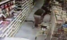Šokējošs video: ASV vīrietis mēģina nozagt bērnu mātes acu priekšā