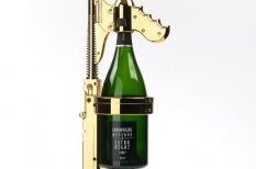 Šampanieša ieliešana glāzē beidzot pielāgota īstiem bandītiem