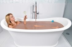 Miljonārs savai draudzenei uzdāvina pasaulē pirmo šokolādes vannu