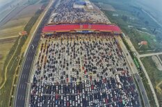 Ķīnieši izveido 'korķi' uz šosejas, pa kuru var braukt 50 joslās