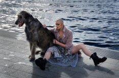 Foto: Krievijā populāra dejotāja pozē Daugavmalā ar milzu suni