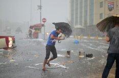 ВИДЕО: Градины как мячики, потоп и спасение котика во время жуткой бури в Стамбуле