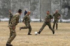 Britu un vācu karavīri Afganistānā izspēlē vēsturisko Ziemassvētku pamiera futbola maču