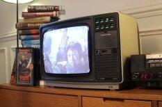 Ja mūsdienu filmas un seriālus izdotu 80. gadu VHS kasetēs