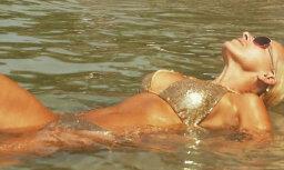 Foto: Ģederte niecīgā bikini izrāda ķermeni Taizemē