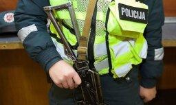 Полиция с автоматами проверяет все машины на латвийско-эстонской границе