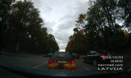 """ВИДЕО: Водители пересекают """"двойную сплошную"""", чтобы не стоять в пробке"""