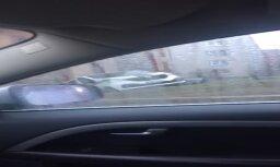 ВИДЕО: Не поставил на ручник. Полицейский микроавтобус скатился с пригорка прямо в стену дома