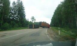 Video: Pie Pļaviņām apgāzies kravas auto