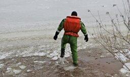 На озере Мазайс Дзирнэзерс спасены двое мужчин, провалившихся под лед