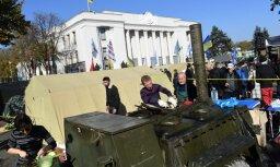 Kijevā protestētāji pret korupciju uzslien teltis pie parlamenta ēkas