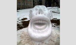 Foto: Nāriņa, sievas un milzu seja – ļaudis Latvijā būvē amizantus sniegavīrus