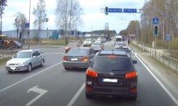 Video: Bezkaunīgs BMW vadītājs iespraucas rindā pie luksofora