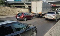 Video: Neveiksmīgais kravas automašīnas mēģinājums pabraukt zem Vanšu tilta