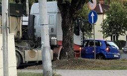 Foto: Pārdaugavā ceļu nesadala kravas un vieglais auto