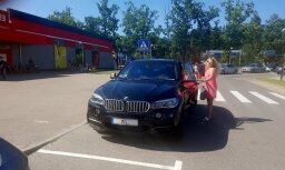 Foto: Smalks BMW piestāj invalīdu stāvvietā pie 'Rimi Lielupe'