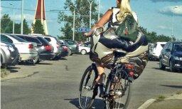 Foto: Autovadītāju Rīgā mulsina velobraucēja ar kupliem svārkiem