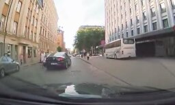 Kurioza avārija Rīgā: Divas dāmas nesadala vienvirziena ielu