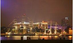 'The Tall Ships Races' burinieki naktī: aculiecinieka foto