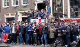 Amsterdamā pēc nekārtībām aizturēti ap 90 Anglijas futbola līdzjutēju