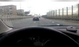 ВИДЕО: По Риге зигзагами ехал BMW с пьяным водителем и спущенными шинами