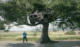 Video: Čaks Noriss 'Toyota' pikapu pārvērš supervaronī