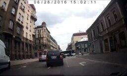 Video: Auto par mata tiesu izvairās no sadursmes ar 'Rīgas satiksmes' autobusu