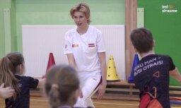 Video: Ineta Radeviča vada sporta stundu Jelgavas skolēniem